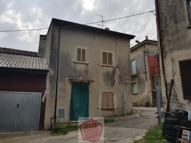 Castana PV VENDITA  Casa di corte con rustici Rif. 297