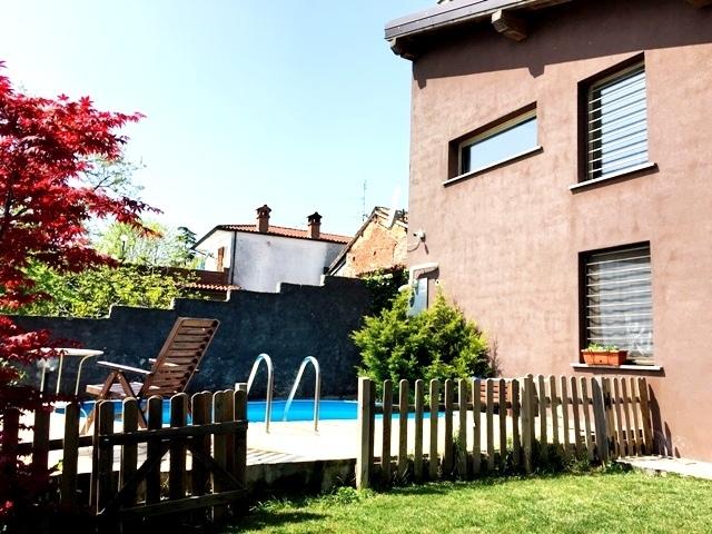 Castana  PV Frazione VENDITA Casa di corte con piscina Rif. 302