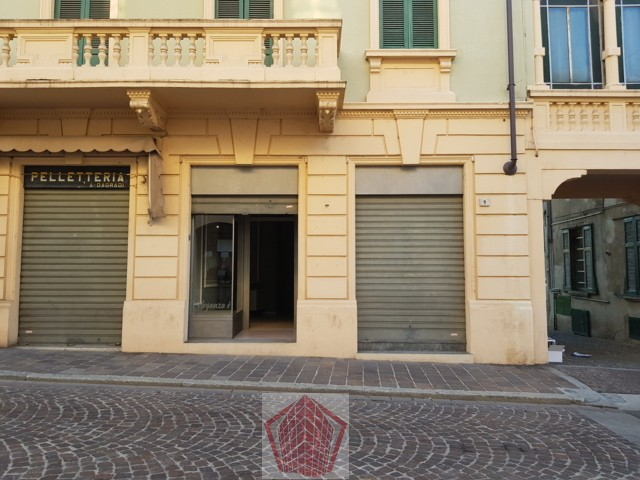 Broni (PV) Centro AFFITTO Negozio con due vetrine Rif. 327