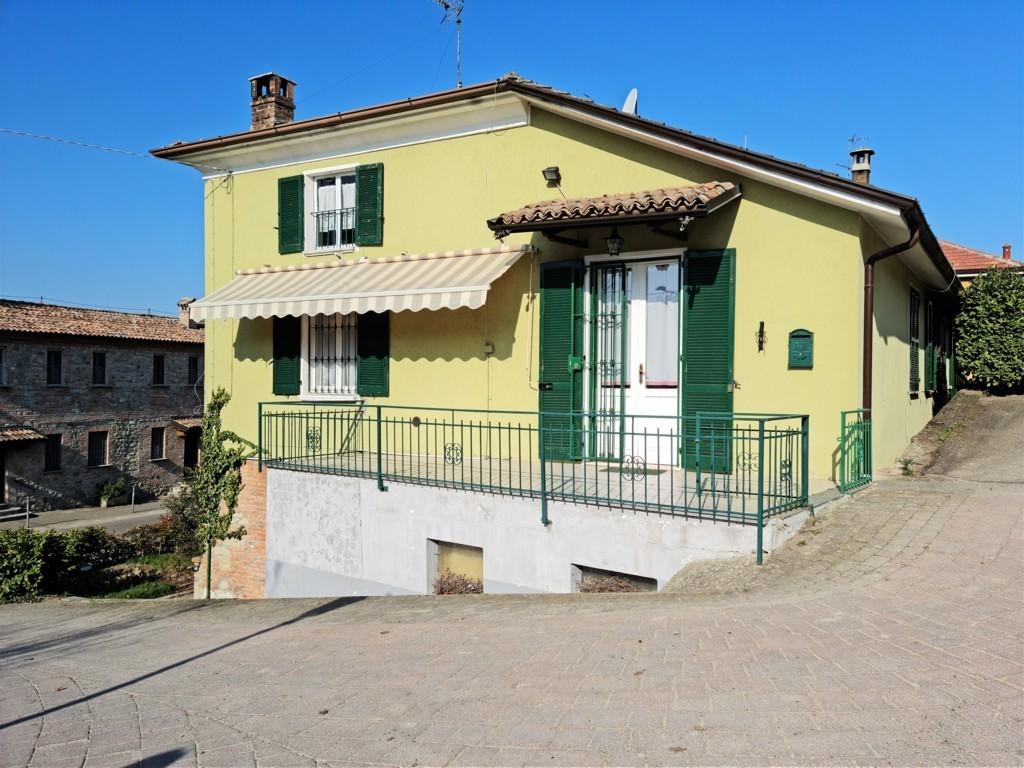 Fortunago (PV) VENDITA Casa composta da tre appartamenti indipendenti e giardino Rif. C347